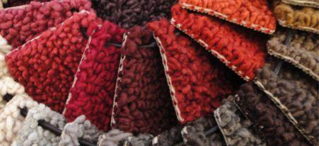 Kleur op Kleur karpetten en tapijten: mode om met voeten te betreden Naast voelbaar comfort brengen karpetten en vloerkleden vooral kleur en sfeer in huis. Liefhebbers kunnen hun hart ophalen aan intrigerende structuren, mooie kleuren en aaibare materialen. Duurzaamheid is een hot item. Zo hebben we karpetten van puur natuurlijke materialen