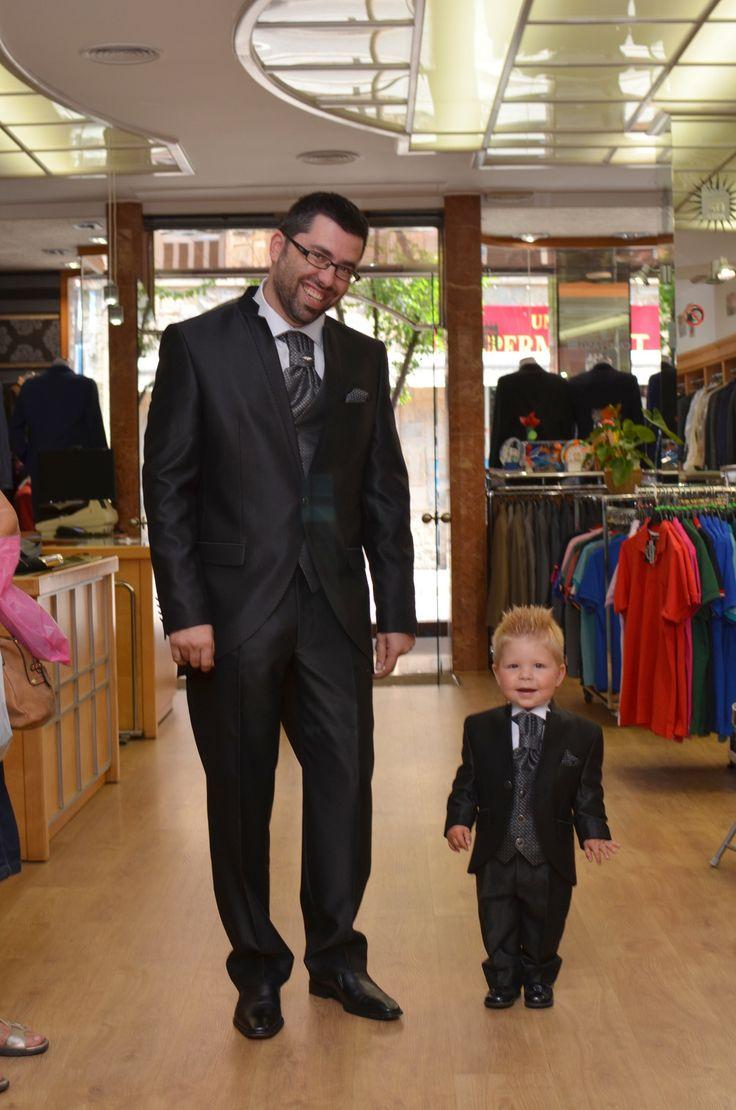 """Arax Gazzo, traje de novio cuello mao negro y réplica en talla dos años. Lo que llamamos un """"mini yo""""."""