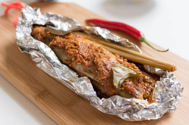 Hier vind je een makkelijk recept voor Ikan Pepesan, pittige Indonesische…
