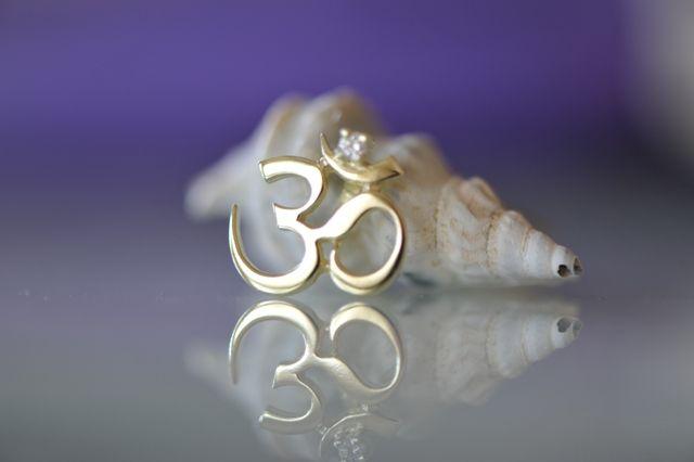 Mystical sound AUM, golden pendant with brilliant | Mystický zvuk AUM, zlatý přívěšek s briliantem