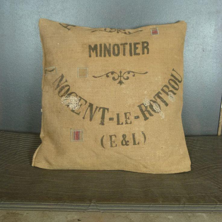 Grand coussin 60x60 cm en toile de jute ancienne (authentique sac en jute de minotier transformé) pièce unique artisanale créée en France de la boutique MADEinPERCHE sur Etsy