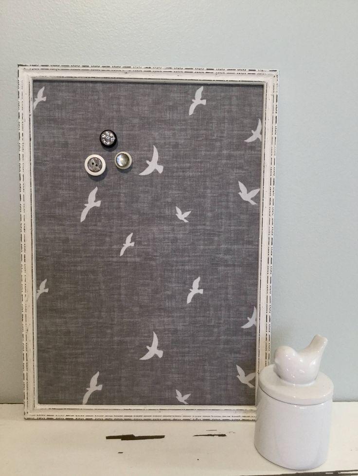 Magnifique tableau d'affichage aimanté recouvert de tissu gris chamoiré avec oiseaux en vol organisation bureau babillard photo décor mural de la boutique OmmaSae sur Etsy