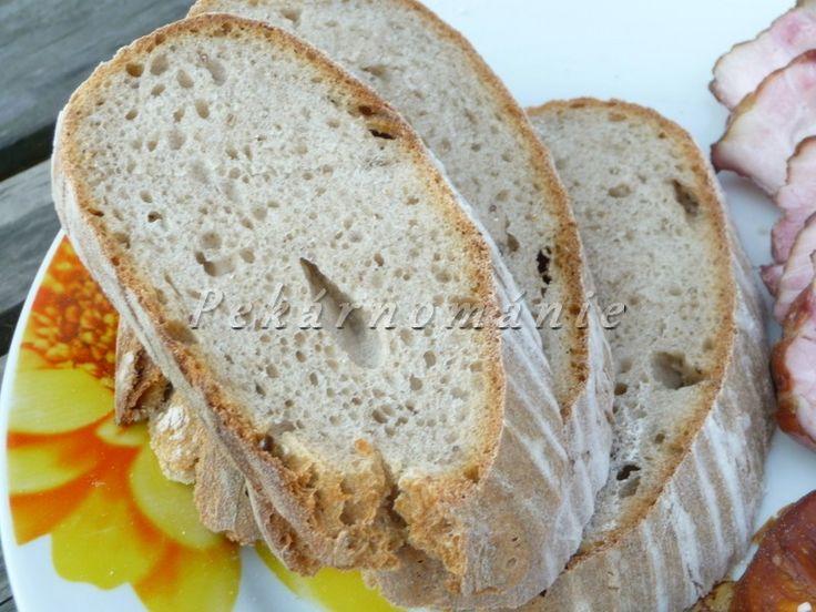 Říct o tomto neobyčejném chlebu, že je vlastně obyčejný, by bylo urážlivé. Ano, je to obyčejný recept, s klasickým složením obyčejných mouk, ale ten výsledek! Kvásek chléb vynese do chuťových výšin - první den ho pravidelně jídáváme suchý, maximálně s kouskem másla. Vynikající chuť si ale podrží až do spotřebování. Suroviny: 300 ml vody 50…