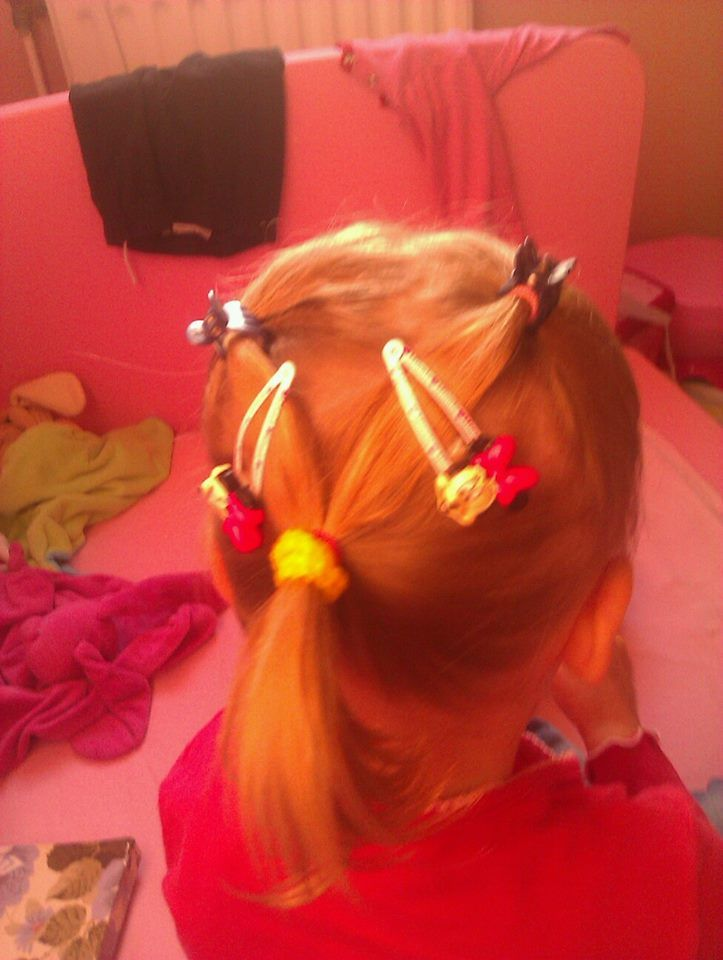 twee staartjes van bovenaf en onderaan in staart vast met leuke speldjes kinder haar / child hair creations