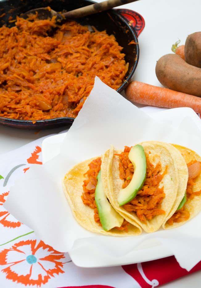 Estos tacos de tinga son super fáciles de hacer y son deliciosos. Solamente se tiene que rallar la zanahoria y el camote y se cuece en una salsa de tomate y chipotle.