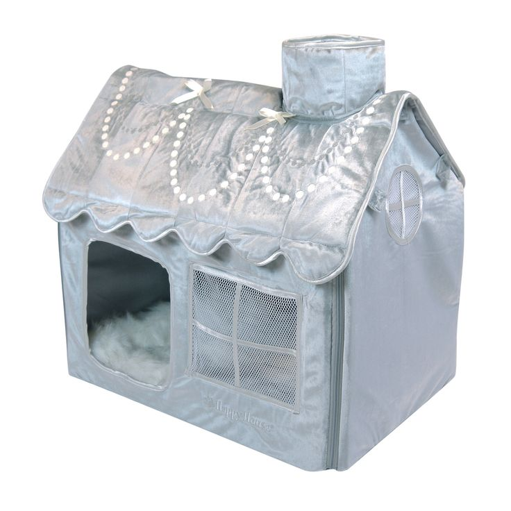 Binnen de Happy-House Chihuahua Collectie kan het bekende Happy-House hondenhuis niet ontbreken. Gemaakt van een rijke velours stof met heerlijk zacht imitatiebont dekentje aan de binnenzijde. Het dak is voorzien van een luxe geborduurd parelsnoer en satijnen strikjes. Een heerlijk plekje voor de allerkleinste hond.