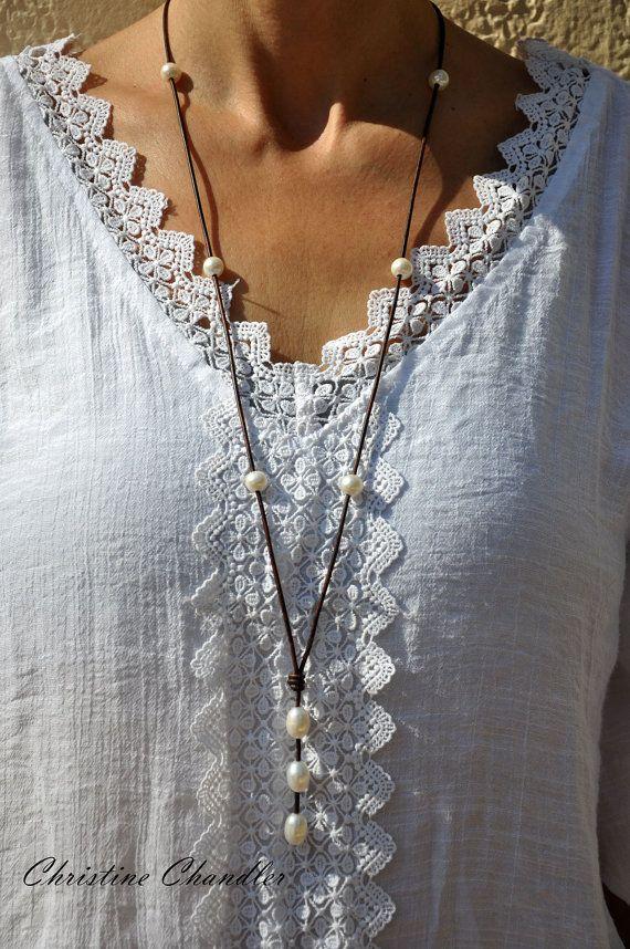 INCREDIBILE!!! Perle lunga e collana in pelle. Può essere consumati 2 modi diversi. Voi stessi potete decorare con 34 pollici di un cuoio lungo e collana di perle con 3 pollici di perle che appesi. Puoi anche avvolgere intorno al collo e abbottonarlo nella parte anteriore con il grande 11-12mm perla per una scelta più breve di indossare.  Questa perla e la collana di cuoio può essere ordinato in qualsiasi colore di pelle che mi offrono. Ha sei perle di acqua dolce 9mm bianco fissati sul…