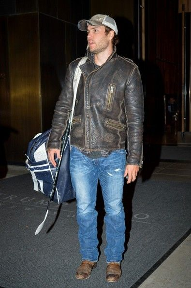 Taylor Kitsch - Taylor Kitsch Carries His Hockey Gear