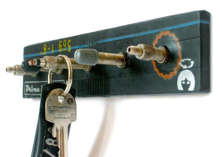 Este colgador de llaves es un ejemplo de cómo aprovechar, de forma sencilla y hermosa, nuestras viejas válvulas de bicicleta.