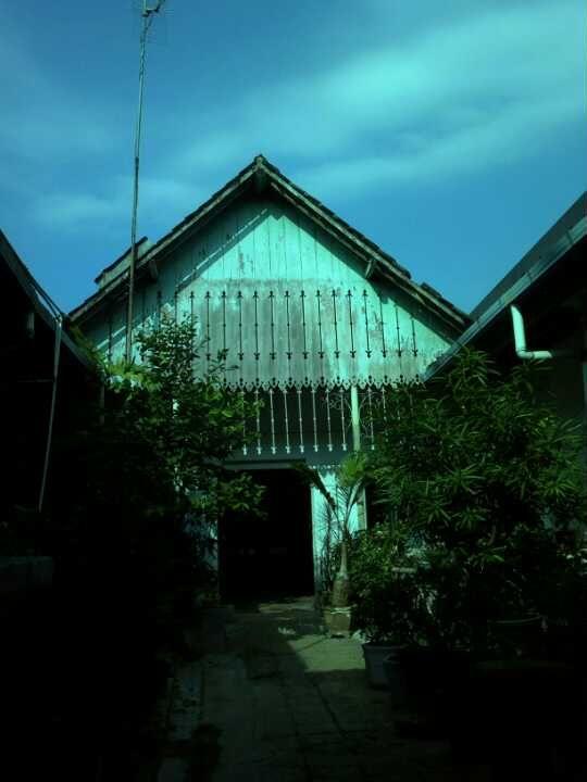 The legendary Liem Ping Wie workshop/house Kedungwuni #Pekalongan via @tehniadinata