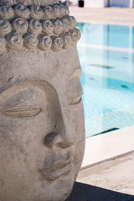 Chiralt Arquitectos I Escultura Buda para decoración piscina en vivienda moderna.
