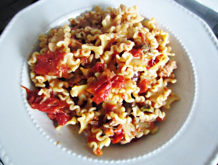 Tuna pasta with capers, black olives and backed tomatoes - http://easyitaliancuisine.com/recipe/tuna-pasta-with-capers/