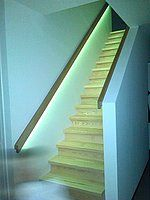 Onderkant trapleuning verlicht met RGBW led strip