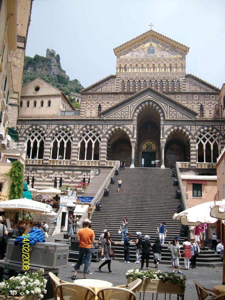 La Catedral de Amalfi se encuentra ubicada en el centro histórico de esta bellísima localidad de la región italiana de Campania, frente a la encantadora Plaza del Duomo. En su cripta  se conservan las reliquias del apóstol San Andrés, hermano de San Pedro.foto de claudia lara