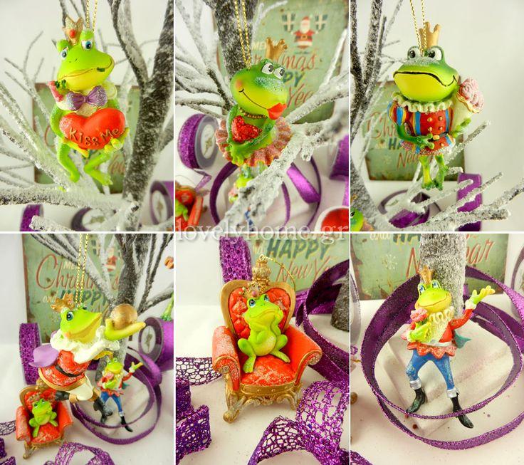 Στολίζουμε το χριστουγεννιάτικο δέντρο με βατραχάκια που πολιορκούν την πριγκίπισσα της καρδιάς τους φωνάζοντάς της Kiss me, για να γίνουν κι αυτά πρίγκιπες!