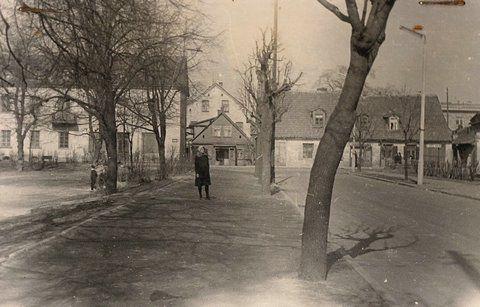 Ulica Branickiego i widok na domy przy ul. Pałacowej, stojace w miejscu gdzie obecnie jest rondo