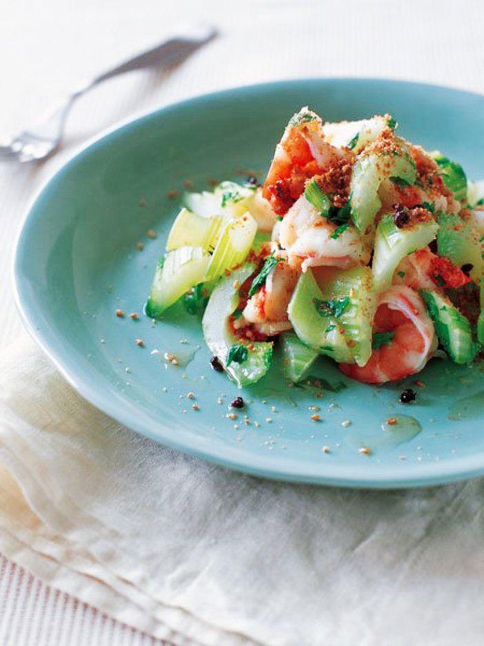 仕上げに、花椒を加えたアツアツのごま油を加えて。香りと辛みで、味の輪郭がくっきり|『ELLE a table』はおしゃれで簡単なレシピが満載!