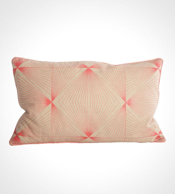 Flot grafisk pudebetræk i japansk grafisk stil Cyber pudebetræk fra Housedoctor, neon pink printet mønster, 30x50 cm.