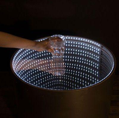 Table Infinity - la table s'illumine lorsque l'on y pose qulequechose - sensation visuel d'infini donné par les LED et le fond miroir de la table  / JT
