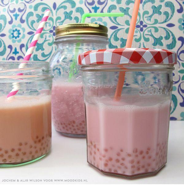 Bubble tea is een drankje dat ontstaan is in de jaren 80 in Taiwan en begint hier inmiddels ook aardig populair te worden. Het is een koud drankje, dat bestaat uit thee gemengd met fruit en (amandel)melk en tapioca parels. De tapiocaparels zorgen, eenmaal gekookt, voor een grappig mondgevoel...