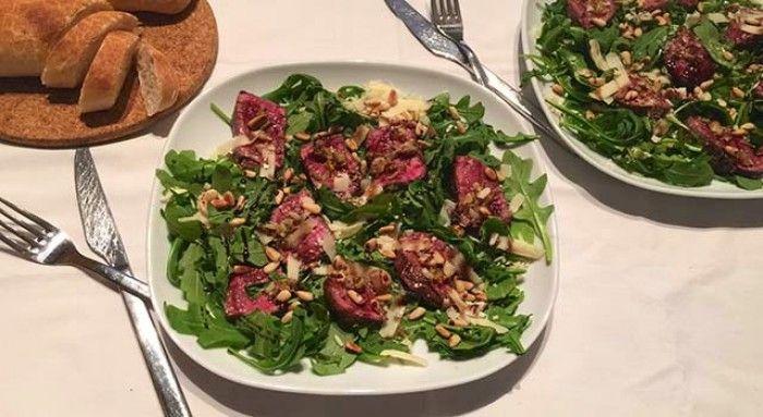 Italiaanse Biefstuk salade genaamd Tagliata met biefstuk, rucola, pijnboompitjes, Parmezaanse kaas én zelfgemaakte balsamico siroop