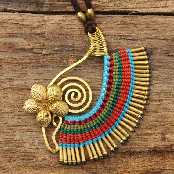 Collar de algodón de tejido con la mano en forma de acentos de cobre amarillo y turquesa