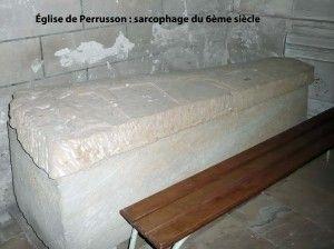 """Perrusson (près Loches): sarcophage du 6°s.- CHILPERIC 1° 2)BIOGRAPHIE 2.10 ANNEE 584 -2.10.6: FUNERAILLES, 4: Le sarcophage est ensuite descendu dans une fosse, la tête tournée vers l'ouest. Un monument commémoratif est ensuite élevé, peut-être orné d'une épitaphe. Sa pierre tombale porte l'inscription """"Rex Chilpericus hoc tegitur lapide"""" (Sous cette pierre repose le roi Chilpéric)."""