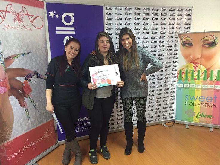 Otra de nuestras alumnas feliz de recibir su certificado por haber completado el curso de diseño a mano alzada en #ViñadelMar.