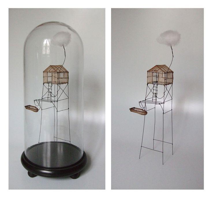 Isabelle Bonte- cabane à voyager (01) sous globe fil de fer, tarlatane teintée & nuage H 40 x 18 cm de diamètre
