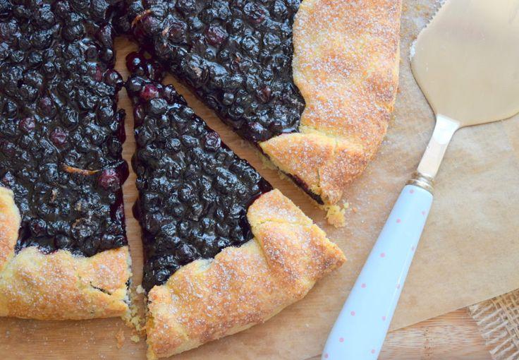 Výborný a křehký italský koláč, to je crostata. :) Těsto vytvoříte během pár minut, naplníte ho čerstvým letním ovocem nebo džemem a dáte péct. Zde máte recept na jeho borůvkovou variantu. na těsto budete potřebovat: 250g hladké mouky 170g másla 60ml vody 1 lžíci cukru krystal na náplň: cca 500g čerstvých borůvek 80g cukru krystal …