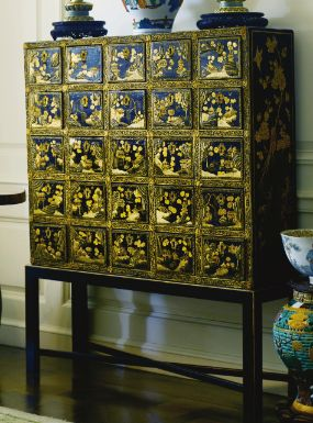 Asian BLACK AND GILT LACQUER CABINET - Sotheby's