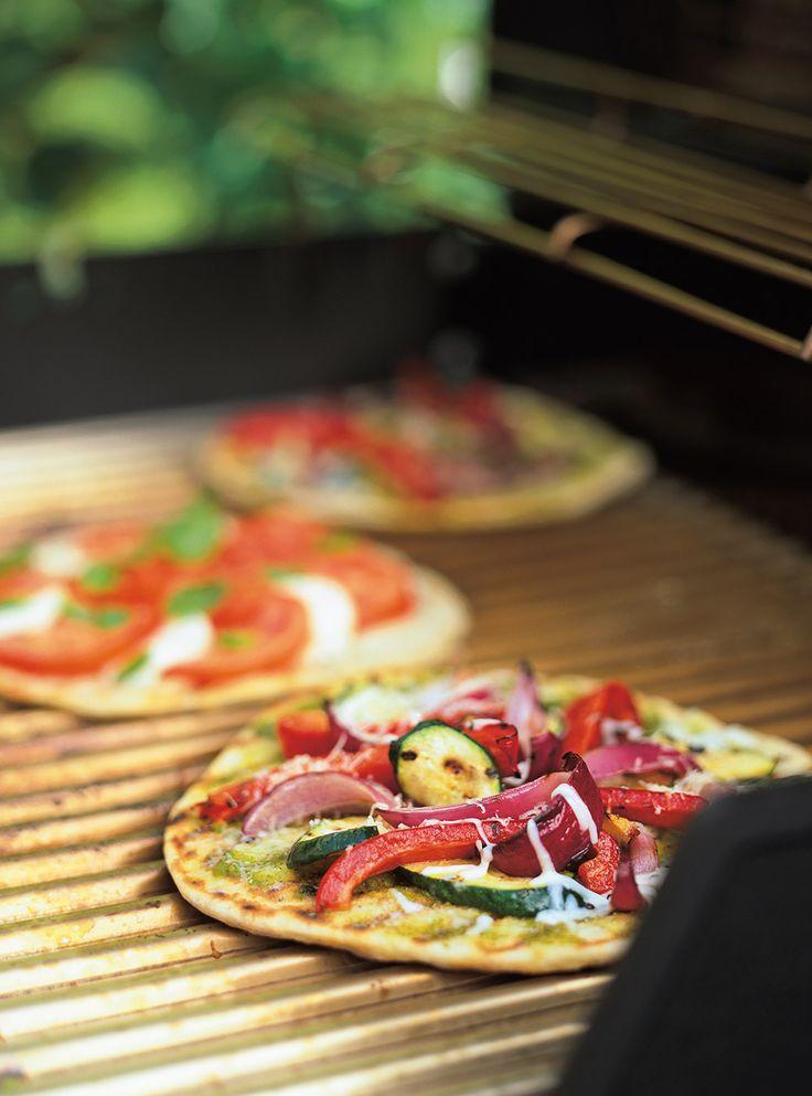 Recette de pizzas au barbecue: recette de saison de Ricardo avec garniture à la viande ou aux fruits de mer, sauce tomate et fromage. Rendement: 4 pizzas.