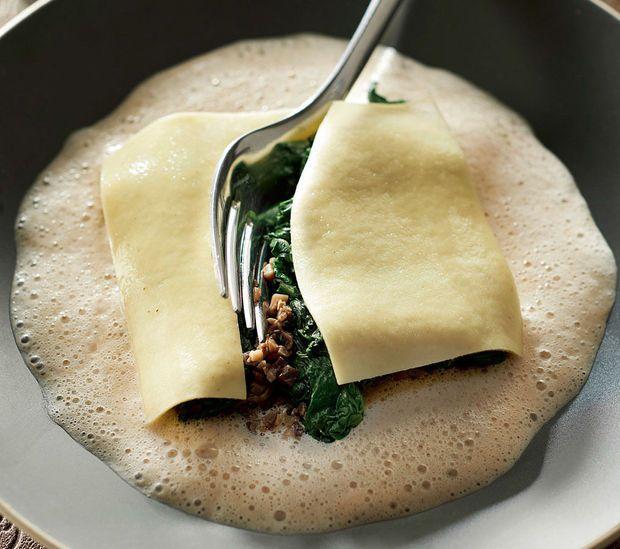 Ravioli met spinazie, duxelles van champignons en kreeftenschuim