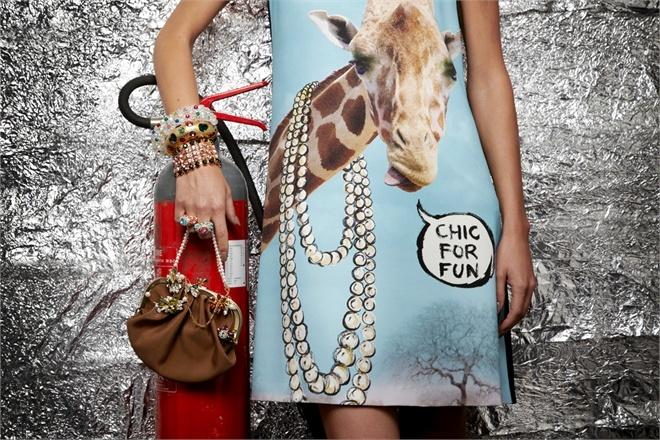 Un tocco anni Sessanta + divertenti gioielli + la tanto amata giraffa by #Moschino!