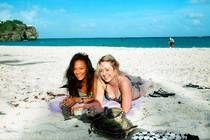 """Sarah Croney och Helen Bigmore från England på """"gömda"""" stranden Foul Bay."""