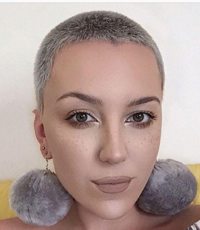 Frisuren Nach Chemo Ende Wenn Die Haare Wieder Zu Wachsen Beginnen In 2020 Buzzed Hair Women Short Silver Hair Super Short Hair