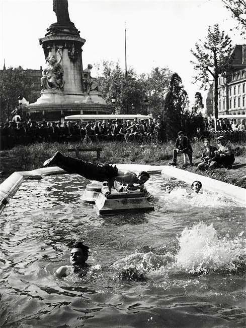 """Paris 1937 """"Ouvriers se baignant dans les bassins de la Place de la République"""" Photo Willy Ronis"""