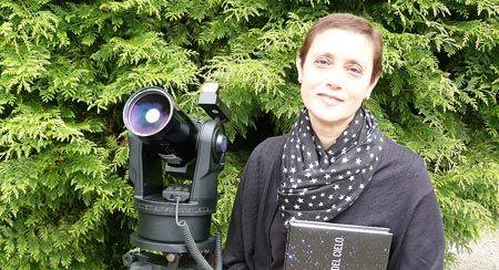 La doctora Ana Ulla Miguel con el telescopio Meade ETX90, en Vilaboa, Pontevedra.FOTO: