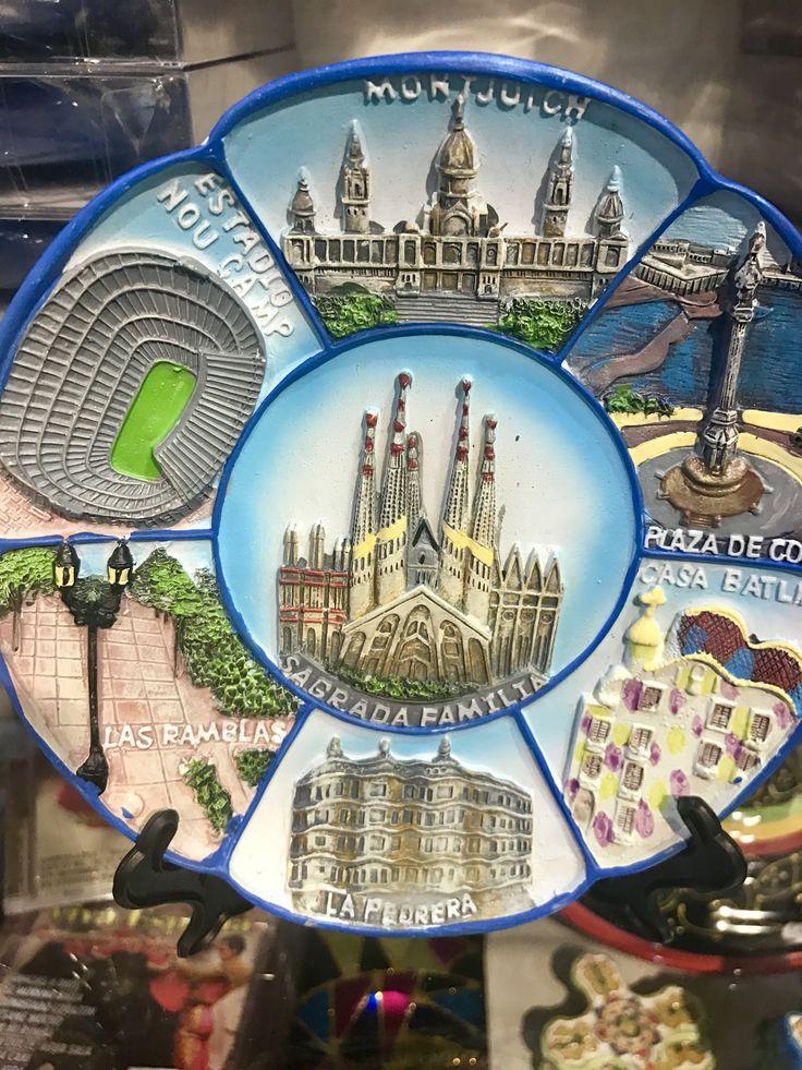 Este plato muestra la importancia de la arquitectura de Barcelona en el mundo turístico. Los turistas pueden recordar las obras de Gaudí, Cermeño, Atché, y más.