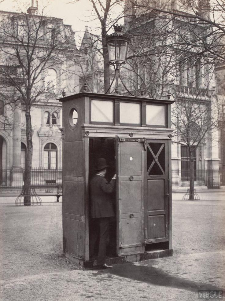 Charles Marville : Urinoir à 2 stalles, Saint-Germain l'Auxerrois