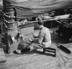 Oranjesluizen Urker visser bezig met het boeten van een net. 1935 Collectie Stadsarchief Amsterdam #Urk