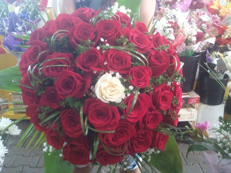 buchet din trandafiri rosii si un trandafir alb