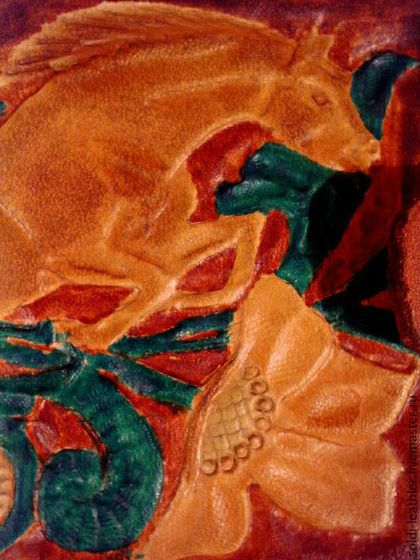 Купить или заказать Мужской кошелёк из натуральной кожи с тиснением. в интернет-магазине на Ярмарке Мастеров. Мужской кошелёк с тиснением их натуральной кожи.Верх выполнен из кожи растительного дубления толщиной 2,0мм.Внутри кожа цвета горький щокалад,жирового дубления,толщиной 1,5мм и шорно себельная кожа,рыжего цвета толщиной1,5 мм.Размеры 9 см на 12 см.Компактный кошелёк.Удобно носить в кармане.