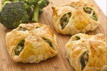 I fagottini ai broccoli e ricotta sono un secondo piatto che prevede l'utilizzo della pasta sfoglia per contenere un ripieno quasi cremoso e dal gusto molto delicato preparato con della  ricotta,dei broccoli e salsiccia.