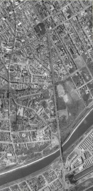 Avenida Eusebio Matoso -  Vista aérea da avenida em 1958. O sentido norte-sul é perpendicular à fotografia. Notar as árvores nas calçadas, a grande quantidade de casas já construídas e o enorme terreno baldio à direita onde nos anos 1970 se instalaria o prédio hoje do Unibanco, o Shopping Center Eldorado e alguns estacionamentos. A ponte tinha pista única e a rua Iguatemi não era ainda a hoje larga Faria Lima. A rua em arco à esquerda é a rua Butantan (Geoportal, 1958).