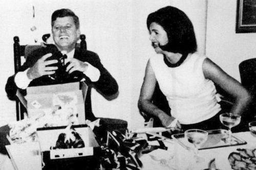 1963. 29 Mai. Birthday party. Jack et Jackie. Jack se fait offrir une petite figure à son effigie, dans un rocking-chair