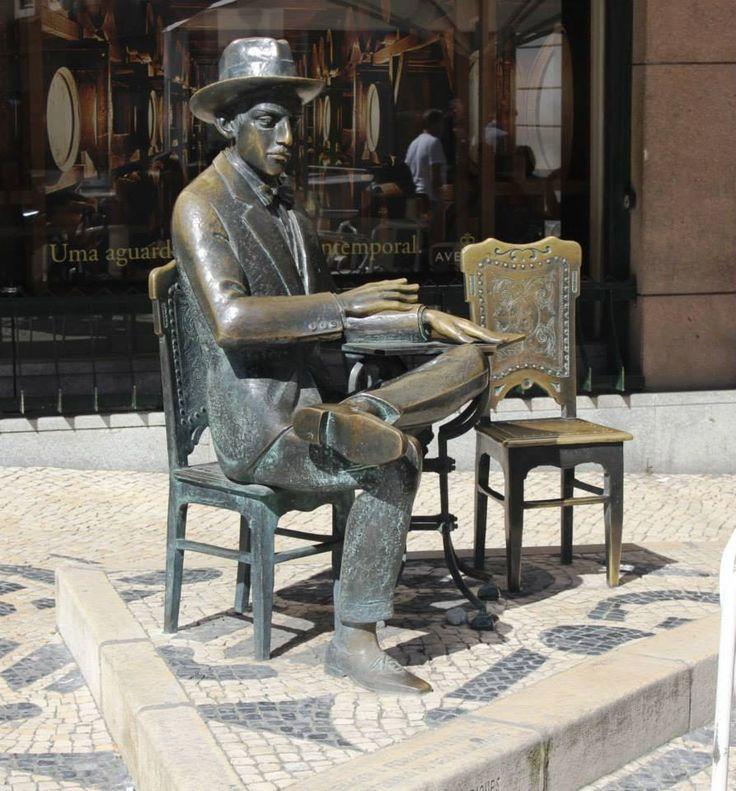 Estátua de Fernando Pessoa por Lagoa Henriques. Foto: Margarida Baptista