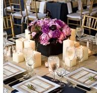 mesas y centros de mesas para bodas en azul marino, fucsia y blanco