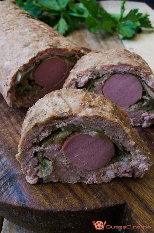 Polpettone ripieno con wurstel e verdure un secondo piatto gustoso e facile da realizzare. Ottimo da gustare appena sfornato oppure freddo.