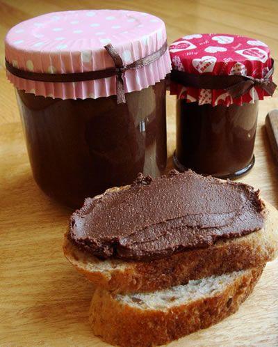 Une délicieuse recette pour 1 pot de 400 g:  Il vous faut:  170 g de purée de noisettes 120 g de chocolat noir 10 cl de lait d'amande 1 c à s de miel 1/2 c à c de cannelle   Mixez les ingrédients – Flickr – missmoss   Mettre le chocolat et le lait d'amande dans un bol et placer ce dernier au bain-marie jusqu'à ce que le chocolat soit bien fondu. Ajouter les autres ingrédients. Mélanger manuellement ou avec un mixeur plongeant pour avoir un mélange plus homogène.     cuillerée de pâte…